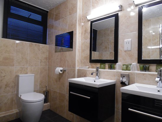 Cairnryan, UK: Garden Suite bathroom