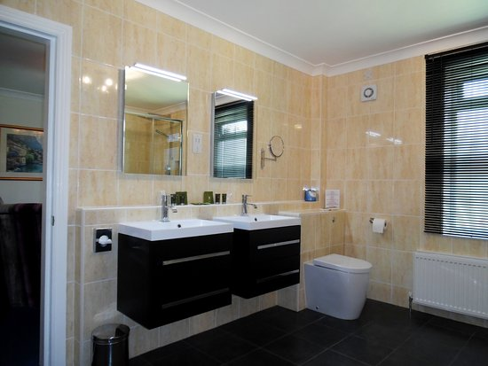 Cairnryan, UK: Gloucester Suite bathroom