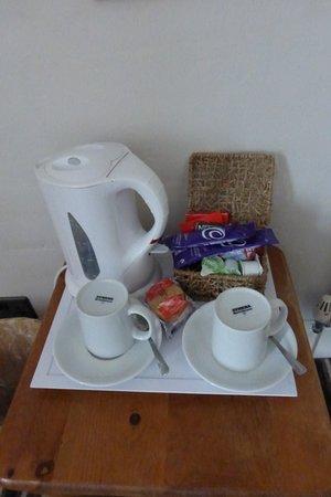 Kirkby Stephen, UK: Generous hospitality tray but no de-caff coffee