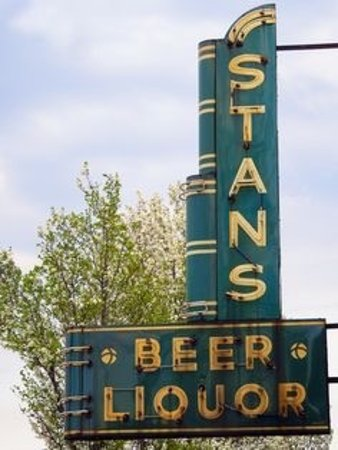 Spring Lake, MI: Stan's is a fun place for everyone. Largest wine pour you will find. Many local craft beers on t