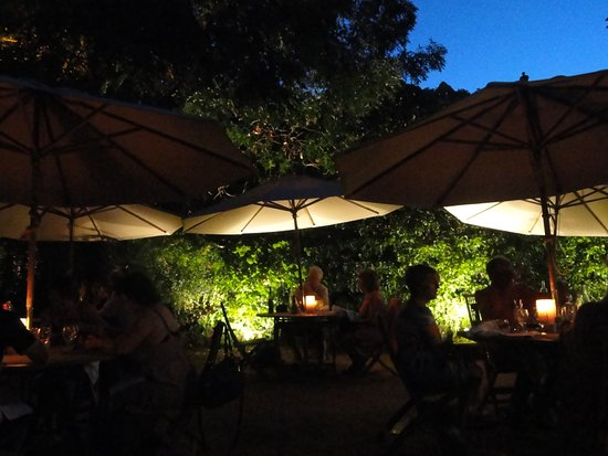 Le Petit Leon : Beautiful ambience on summer evening