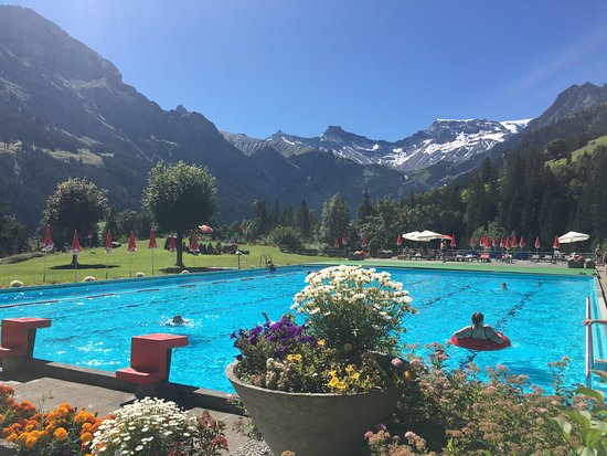 Adelboden, Suiza: waar vind je een zwembad met zo'n uitzicht?