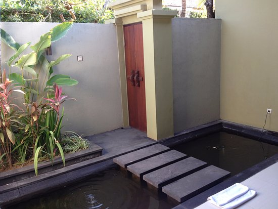 Pradha Villas: Gold fish entrance