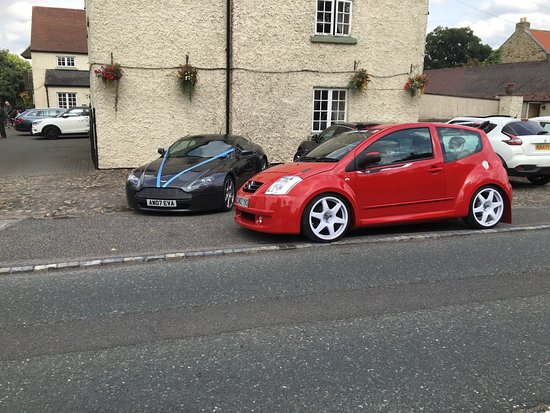 Piercebridge, UK: Car parking..bridal car beside mine