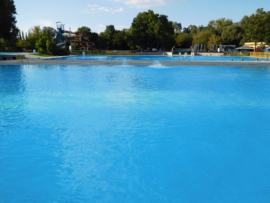 Нитра, Словакия: Kupalisko na sihoti in the Mestky park so great and so empty, you have the pool for yourself