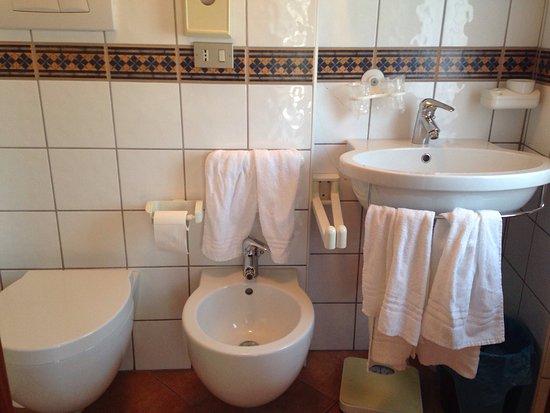 Particolari del bagno e della camera illuminata con for Piccole planimetrie del bagno mansardato