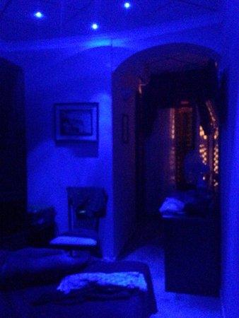 Particolari del bagno e della camera illuminata con for Luci led piccole