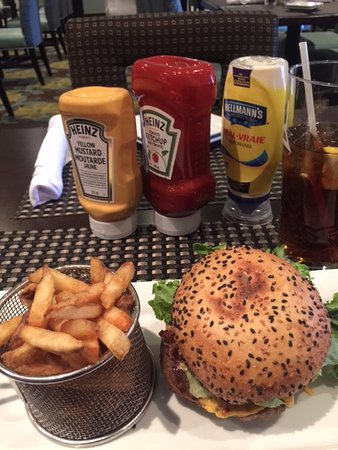 Pointe Claire, Канада: Nice hamburger lunch with pomme frites.