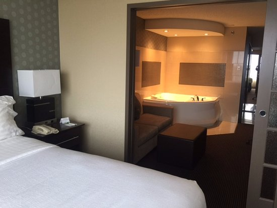 Pointe Claire, Канада: King Jacuzzi suite with sliding pocket door.