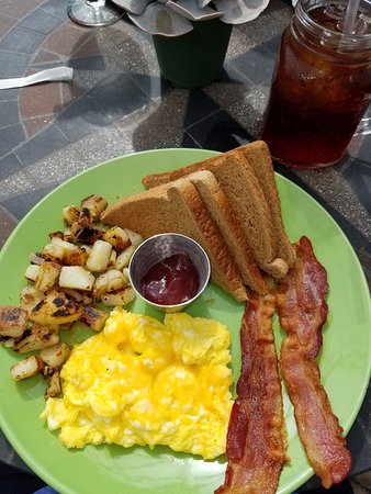 Woodstock, VA: Delicious breakfast of scrambled eggs with cheese, bacon, roasted potatoes and strawberry jam!
