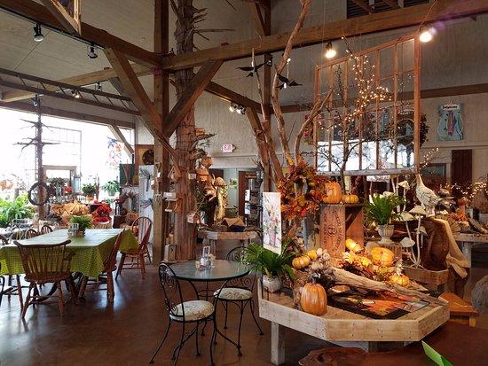 Γούντστοκ, Βιρτζίνια: Inside the garden shop -- see the table on the left? You can have eat there!