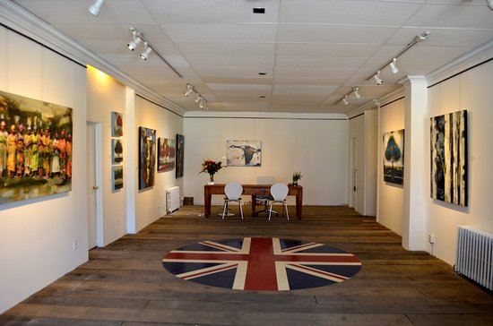 Gananoque, Canada: Inside of the gallery... rotating paintings weekly