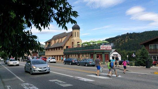 Enzian Inn: Just steps from shopping