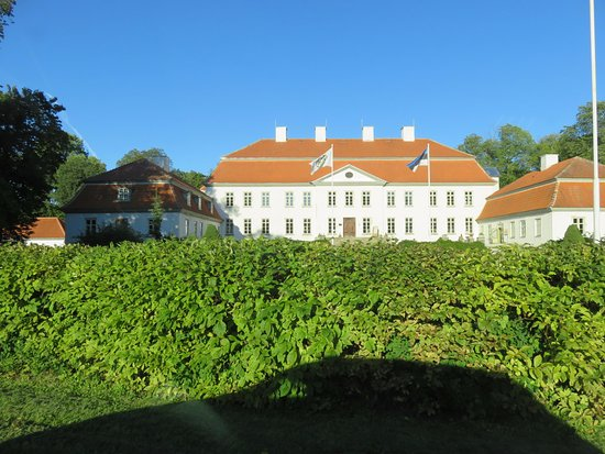 Puhalepa, Estland: Outside look from the passing street