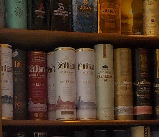 Evergem, Belgien: Een totale keuze uit ongeveer 2000 whisky's