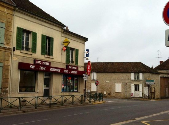 Ury, Frankrijk: Devenu une institution locale pour on côté brasserie , travaux extérieurs en cours, une façade e