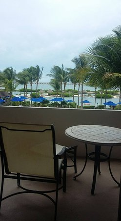 Hawks Cay Resort: Looking out towards pool, lagoon and Overseas Highway