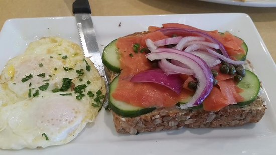 Winter Garden, فلوريدا: Smoked Salmon toast with egg over hard