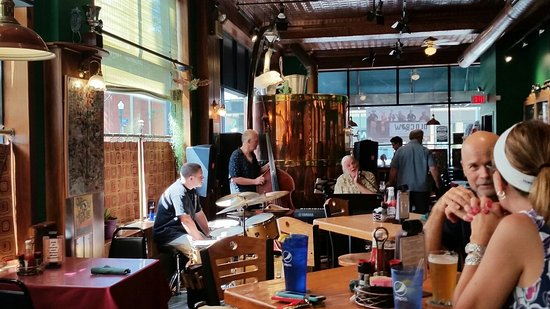 Bullfrog Brewery : Excellent burgers, brews and blues!
