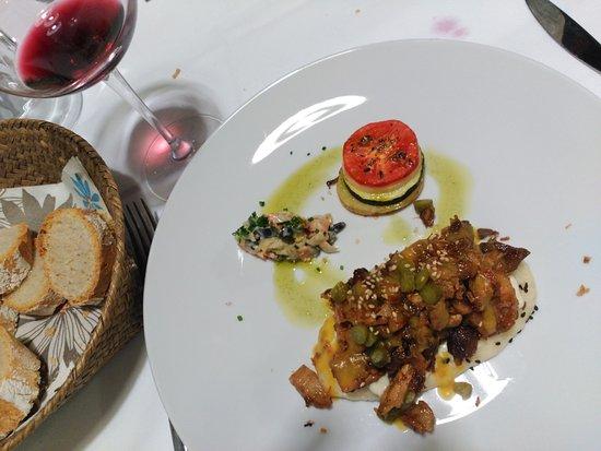 Santa Eulalia de Cabranes, Spain: Rebanada de pan al vapor con carne desmechada y salsa de melocotón y sidra.