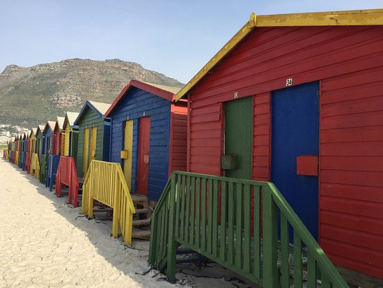 Muizenberg, Sudáfrica: long row of colourful beach houses