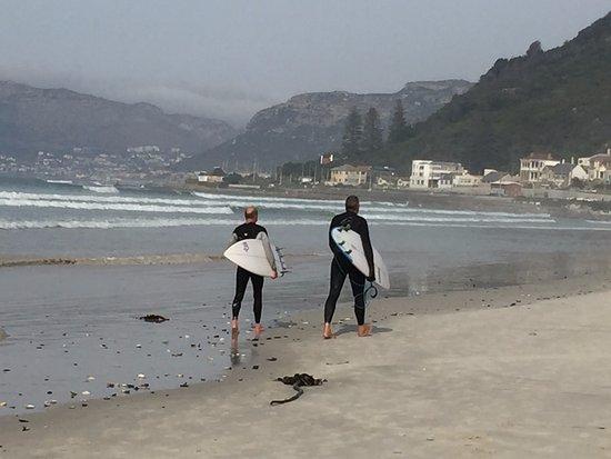 Muizenberg, Sudáfrica: surfers