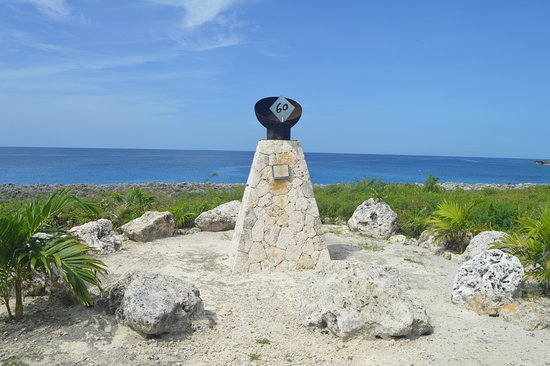 George Town, Grand Cayman: Monument honoring the 60th year of the Queens reign