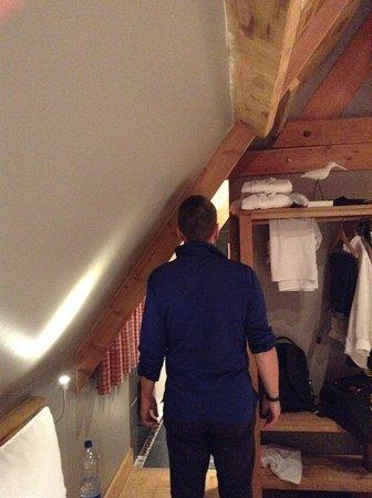 Barneville-la-Bertran, France: ingresso bagno con a fiancounico scaffale ad uso armadio