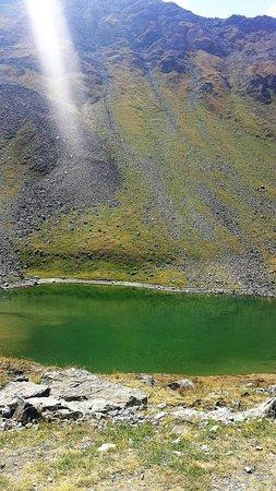 Charvensod, Italien: Il lago fuori dal rifugio