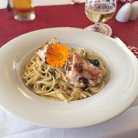 Hotel Eisenberger Hof: Hähnchenbrust gefüllt mit Fetakäse, Oliven & Tomaten dazu Rucola und gebratene Linguine