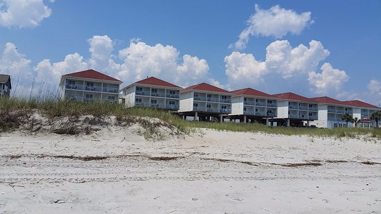 Islander Inn: View of the hotel from the beach.