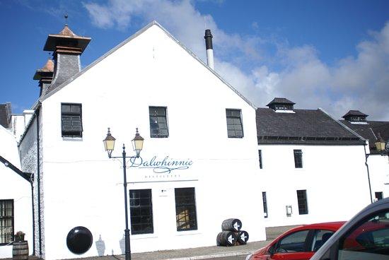 Dalwhinnie, UK: Das Hauptgebäude mit zwei charakteristischen Kaminen