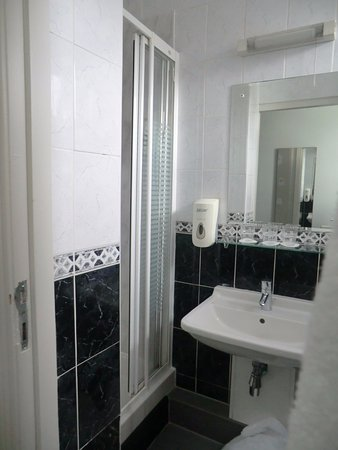 Maples House Hotel: bagno con doccia