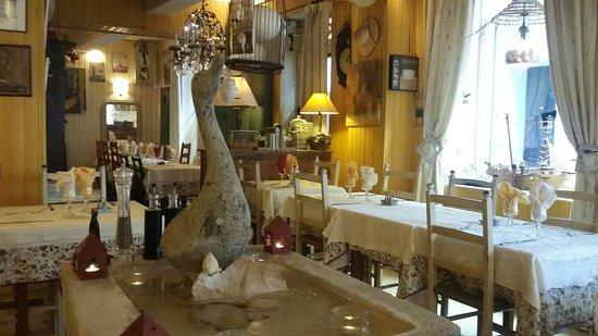 Pernes-les-Fontaines, Frankrike: 20160805_191342_large.jpg