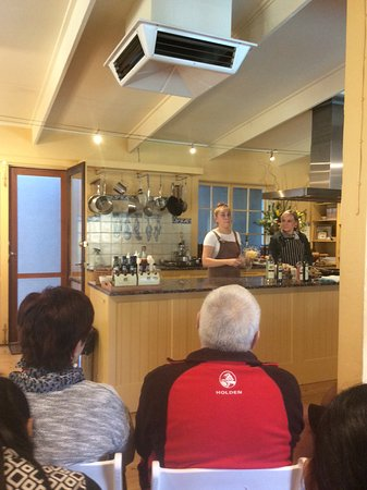 Nuriootpa, Australia: Free cooking class...a great experience & only takes about half an hour & tastings after.
