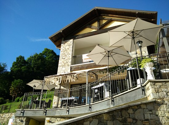 Fontaine Bleue Hotel: Terraza del restaurante desde abajo
