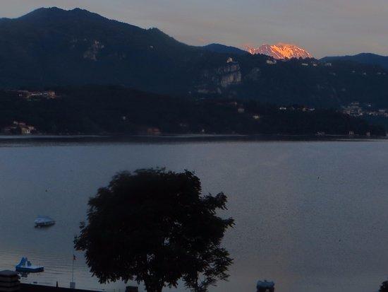 Fontaine Bleue Hotel: Montaña del frente al amanecer