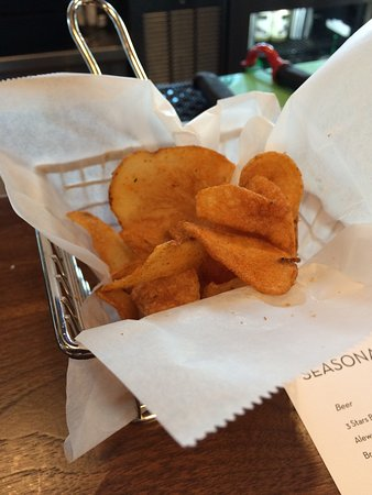Ashburn, VA: Pub chips came with our drinks (complimentary).