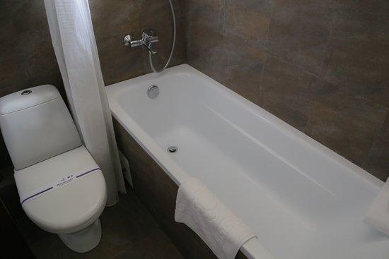 Bontiak Hotel: Bathroom, Room 308