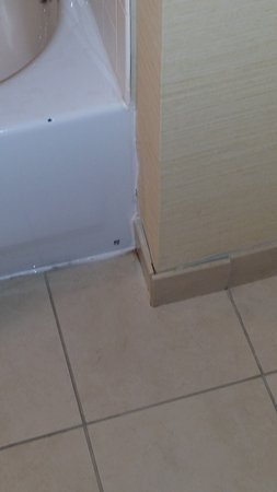 Embassy Suites by Hilton Tampa - Downtown Convention Center : Chipped tub, poor caulking, tile seperation