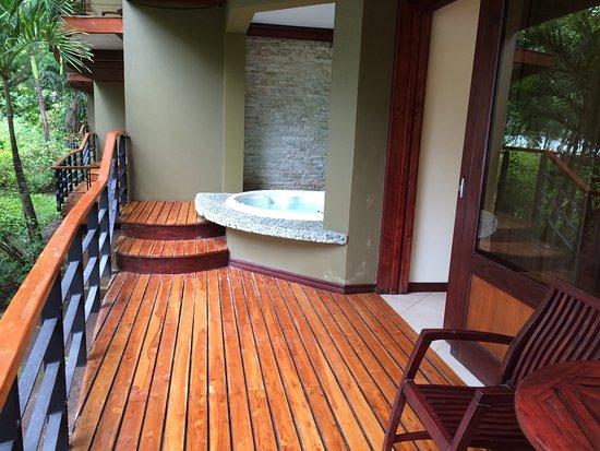 Hotel Bosque del Mar Playa Hermosa: deck and hot tub