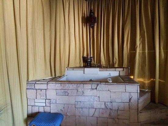 Los Alamos, CA: Egyptian Suite Bathtub