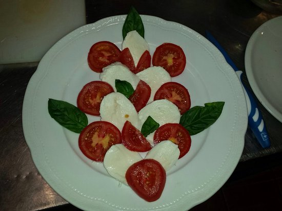 Pizzeria Nina : Gustose Insalatissime....!!! La nostrana...  Mix di affettati... La San Giorgio... La caprese!!!