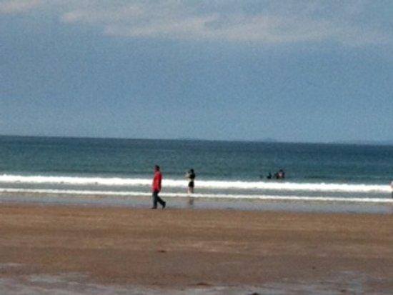 Glenbeigh, Irlande : checking out water temp.