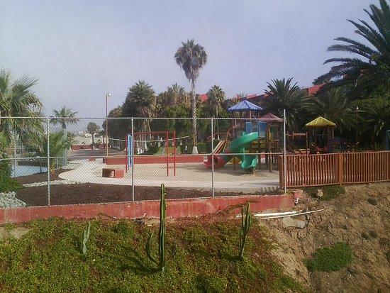 Puerto Nuevo, Meksika: kids' playground, nice tennis court adjacent