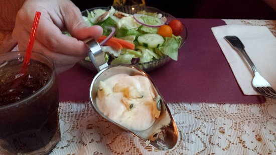 St. Bernard Lodge: Big chunks of blue cheese in the dressing!