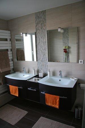 Tinqueux, Frankrijk: Salle de bain avec douche à l'italienne de 140x90 et avec baignoire