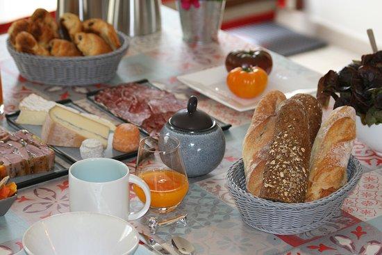 Tinqueux, Frankrijk: petit déjeuner continental avec confiture, salade e fruits et gateaux maison maison
