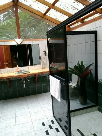 Province of Puntarenas, Costa Rica: Large bathroom attached to the tents, lovely, lots of light, gets very hot through the day