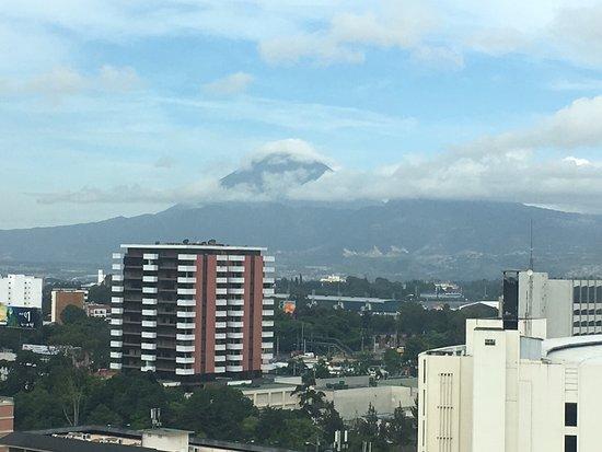 ريال إنتركونتننتال جواتيمالا: View of volcano from room.